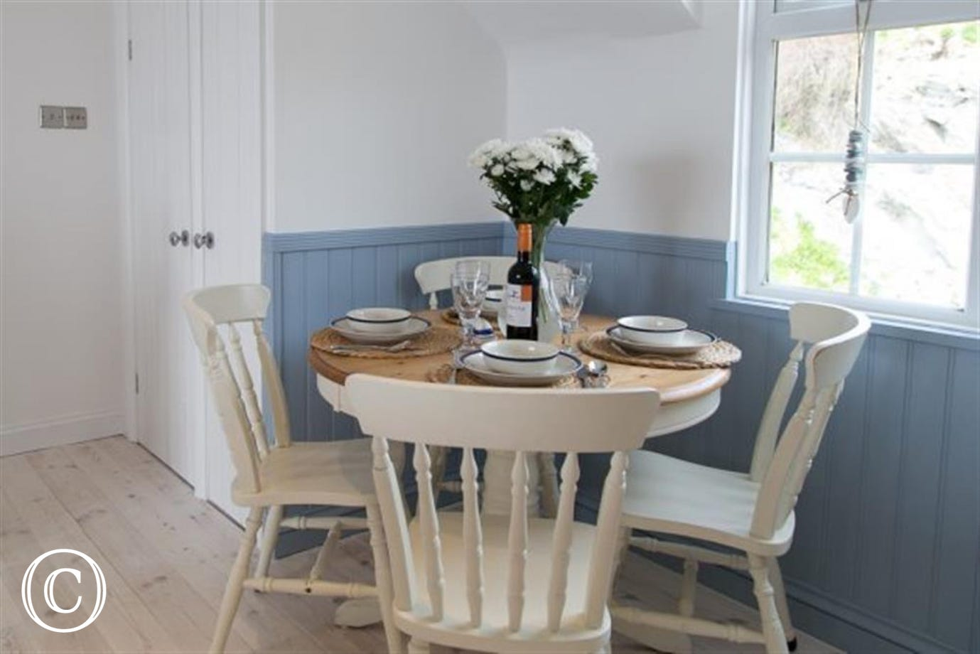 Cliff Top Cottage dining area